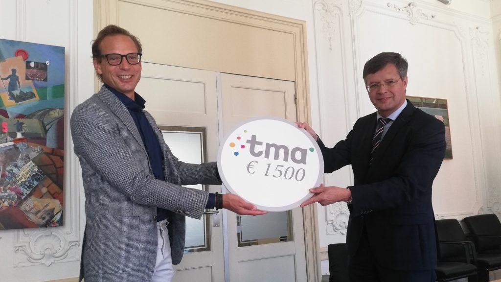 Kai Feldkamp overhandigt namens XTNT een cheque ter waarde van € 1.500 aan voorzitter New Mobility Foundation Jan Peter Balkenende